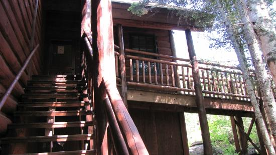 Big Bear Lodge and Cabins: Stairs to private entrance for lodge room guests
