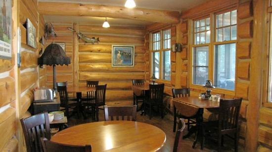 Big Bear Lodge and Cabins: Dining area has windows with a view of Poplar Lake
