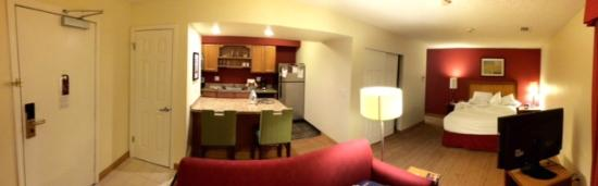 Residence Inn Palo Alto Mountain View: Panoramic view of the room (bathroom is towards the back)