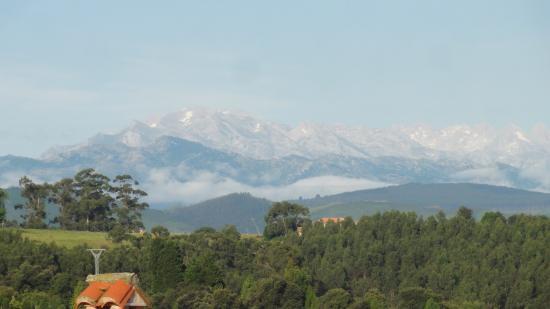 Posada Rural Mari Paz: Views of the Picos de Europa from the garden