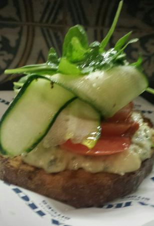Casa Tecla: Deliciosa tostada de queso bleu y vegetales