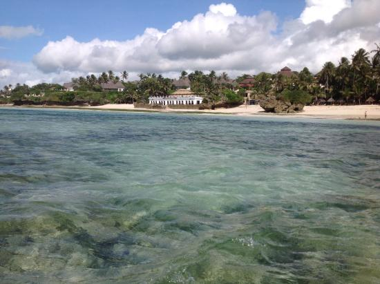 Diani, Kenia: View of Leapord Beach Resort from the sea at low tide.