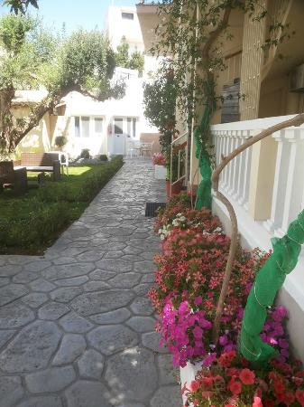Hotel Sonia: Vista do quarto e área comum do hotel
