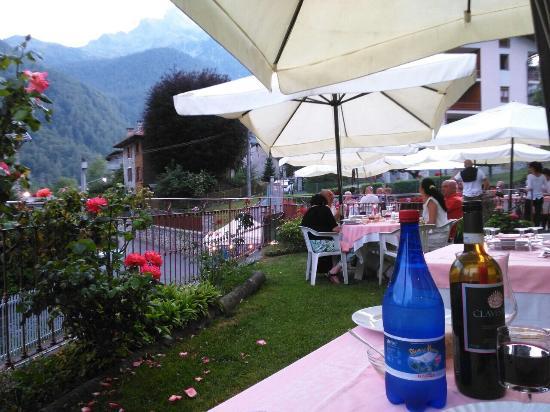 Ala di Stura, Itália: Il bel giardino estivo