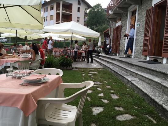 Ala di Stura, Włochy: Il bel giardino estivo