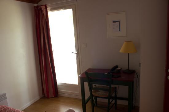 Hotel Club Vacanciel Cambo-les-Bains: bureau dans la chambre