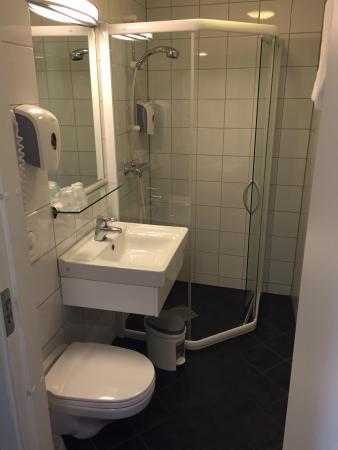 Comfort Hotel Park: Det är VÄLDIGT trångt att sitta på toa, benet kläms under handfatet! Hade man flyttat toalettsto