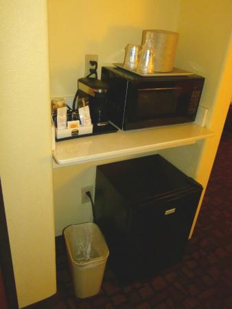 BEST WESTERN Lanai Garden Inn & Suites: Coffe maker, microwave & (noisy) fridge
