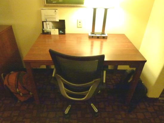 Best Western Lanai Garden Inn & Suites: Nice desk, chair, lamp, plugs & Ethernet jack in wall