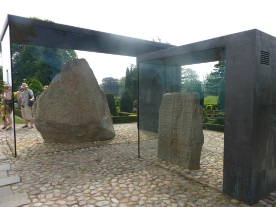 Jelling, Denemarken: The famous Rune Stones outside the museum.