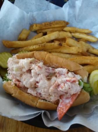 Lakeside Deli & Grille: Lobster roll