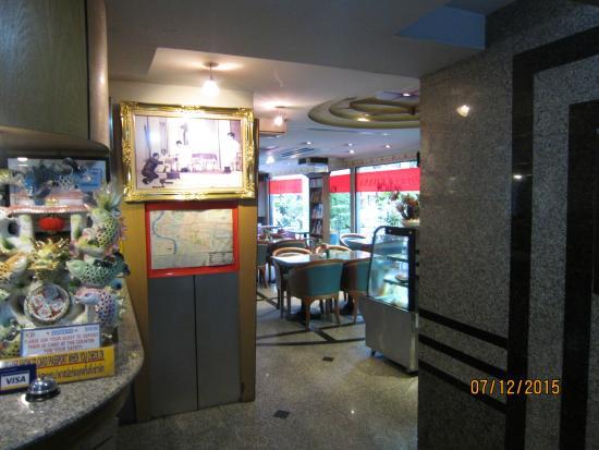 Bavana Hotel: Restaurant next to Reception Desk