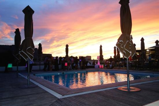 Radisson Blu Hotel, Marseille Vieux Port: Sunset View At Pool