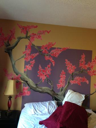 Anchorage Downtown Hotel: mural above bed