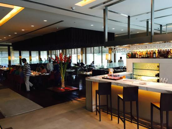The Oberoi, New Delhi: Integrated Bar and Breakfast Area