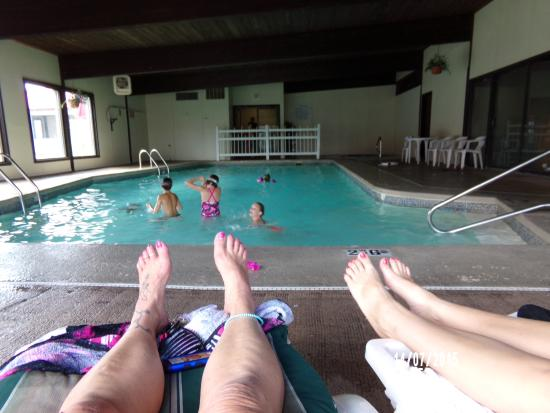 Econo Lodge: Relaxing by the pool while kids swim.