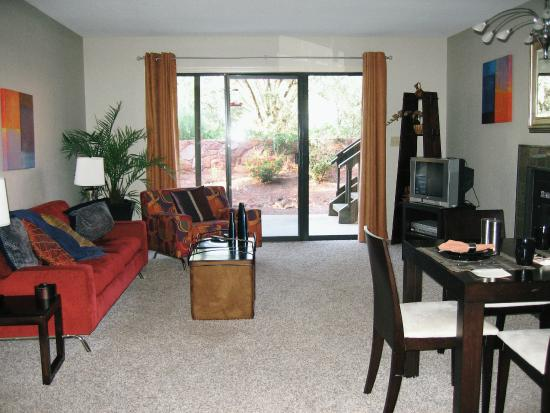Adobe Village Inn: 部屋のリビング
