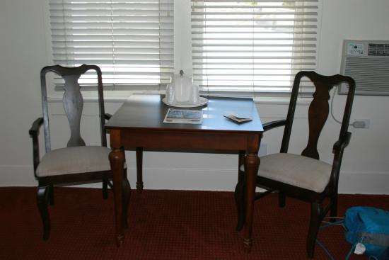 Hotel Atwater: Sitting table and ice bucket.