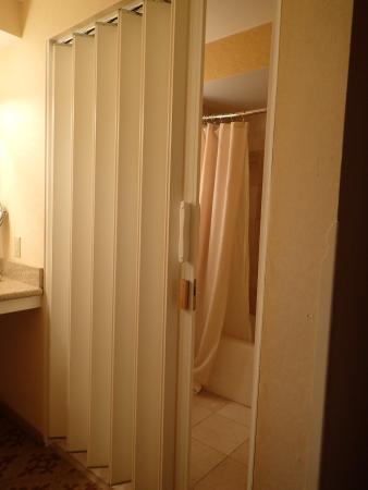 Samoset Resort On The Ocean: Bathroom Folding Door