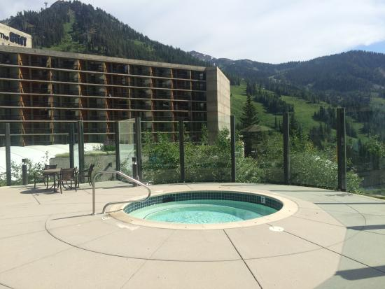 The Cliff Lodge & Spa : jacuzzi on end of pool deck