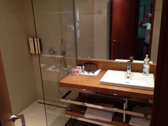 Hotel Le Fouquet's: Odaları geniş, balkonlu, ferah ve tertemiz. Otel küçücük ama odalar kocaman ve yeni. Konum süper