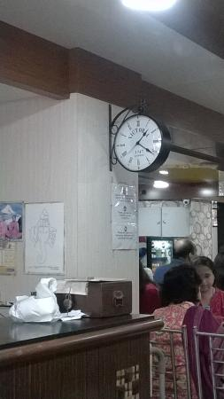 Cafe Mysore: Antique Clock at the restaurant
