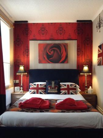 De-Lovely: The royal red, lay back and think of England!