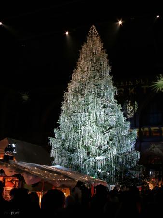 Weihnachtsmarkt Zürich.Der Magische Swarovski Tannenbaum Im Weihnachtsmarkt Bild Von