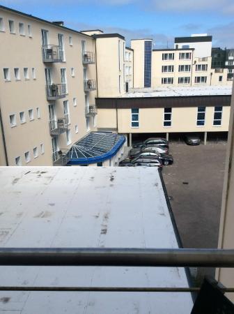 Strandhotel Georgshöhe: Landsicht - Ausblick auf den Innenhof inklusive Geruchsbelästigung