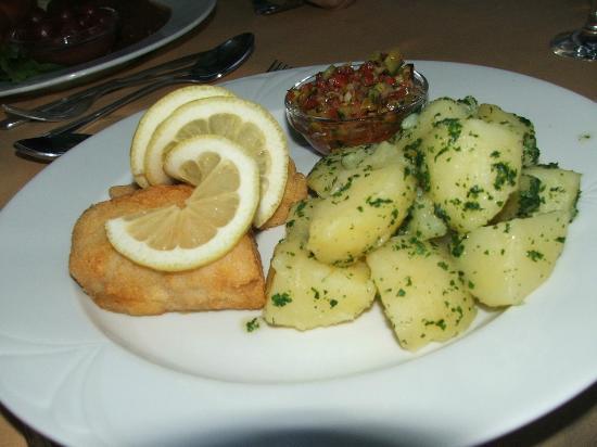Lajosmizse, Hungary: Fogasfilé kukorica bundában paradicsom salsaval petrezselymes burgonyával
