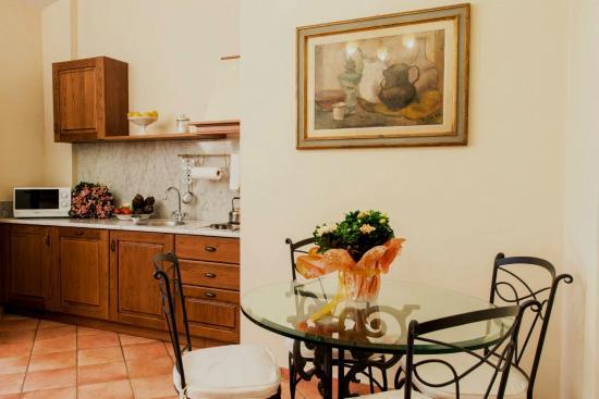 Soggiorno e cucina appartamento Magnolia - Picture of Le Civette ...
