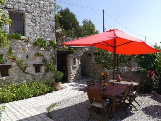 Les Vignes de la Tour St Blaise: La terrasse où l'on a pris le petit-déjeuner
