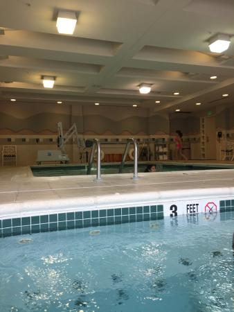 Courtyard by Marriott Middletown: Indoor pool. View from spa.