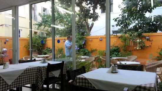 Savoy Hotel: Из ресторана можно выйти позавтракать в садике