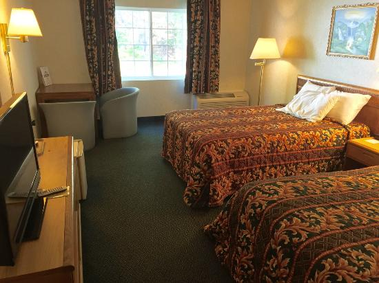 Days Inn by Wyndham Campton: Room 130