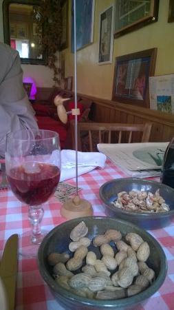 Restaurant Chez Tante Fauvette: apéro cacahuettes dans leur coque