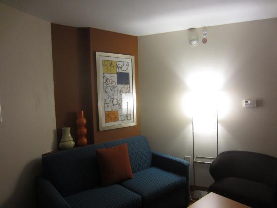 Fairfield Inn & Suites Asheboro: Colorful furniture brightens room
