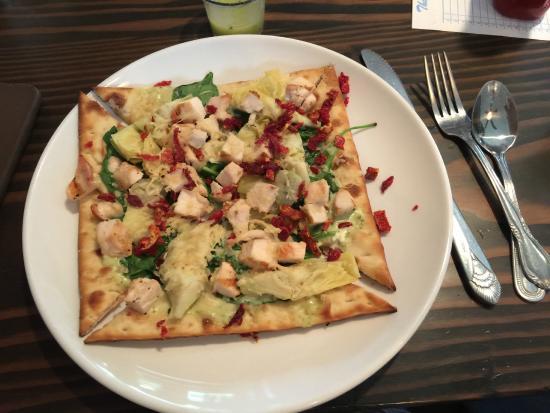 Brix Grill: Chicken & artichoke flat bread, my favorite