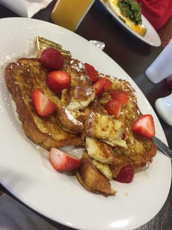 Courtyard Fargo Moorhead, MN: French toast served at this Marriott