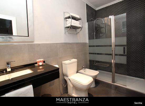 Cuarto de baño con ducha: fotografía de Hotel Maestranza, Sevilla ...