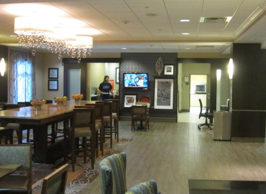 Hampton Inn Doylestown: Another view of breakfast area