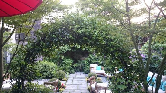 Jardin int rieur picture of hotel regent 39 s garden paris for Hotel interieur