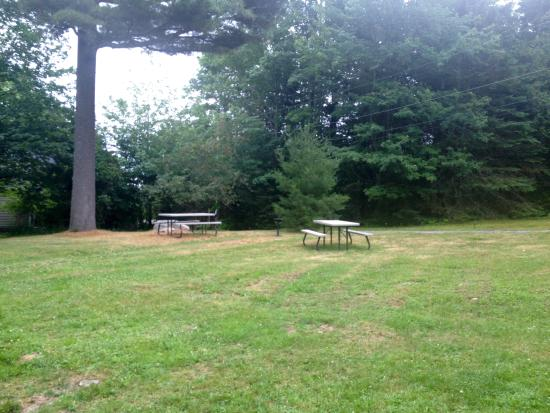 Acadia Cottages: Picnic tables