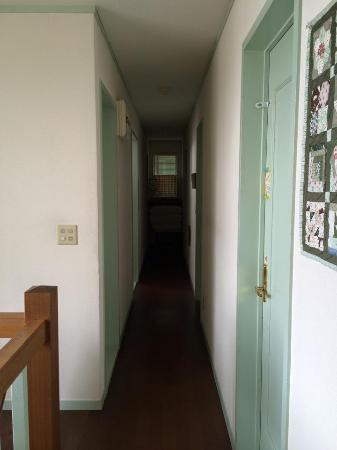 Guesthouse Gekka: 2階の廊下を挟んで左が部屋右が浴室トイレ