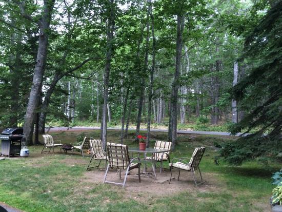 Hanscom's Motel & Cottages: Picnic area, peaceful environment