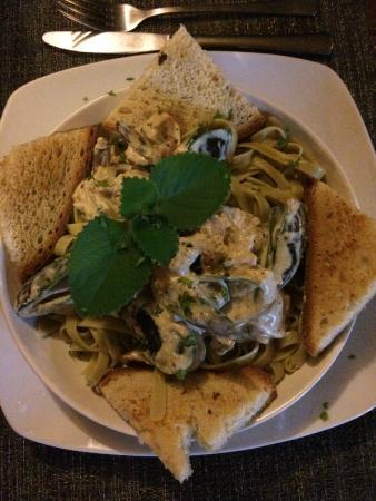 El Galleon Restaurant: seafood fettuccine