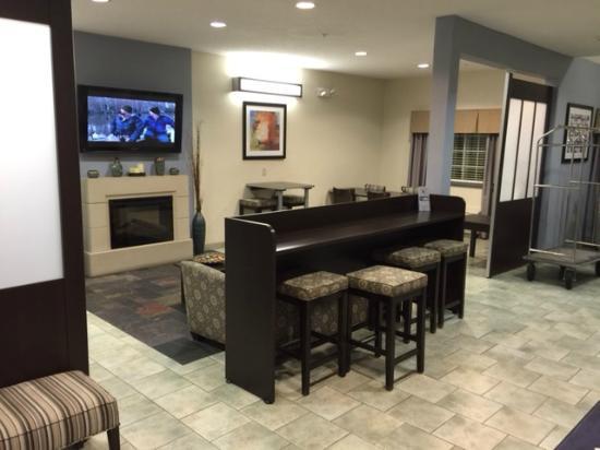 Microtel Inn & Suites by Wyndham Geneva: lounge