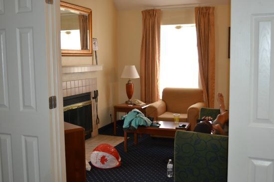 Gatehouse Suites East Lansing: Living room