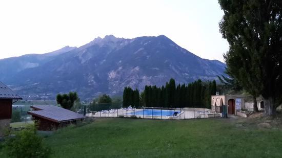 La Bonne Auberge: La piscine et la vue de l'hôtel