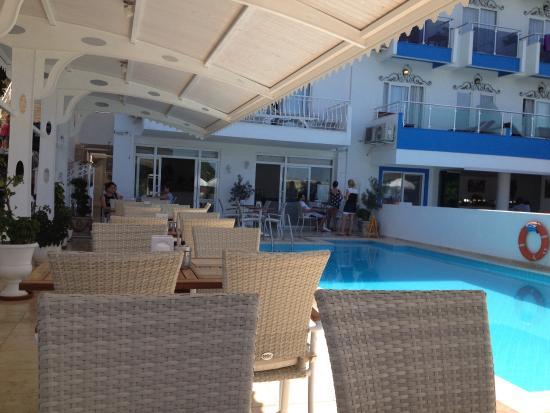 Linda Beach Hotel: Havuz başında kahvaltı keyifli